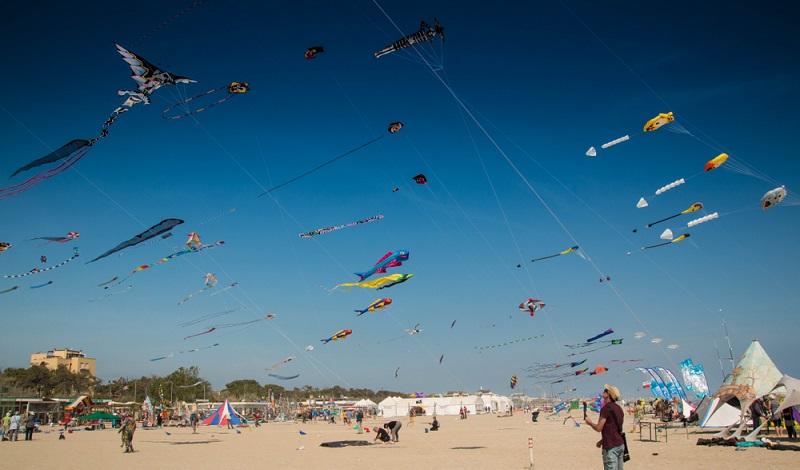 Der Strand von Cervia ist sehr breit und kann während dem Tennis-Urlaub auch zum Drachensteigen benutzt werden. (#3)