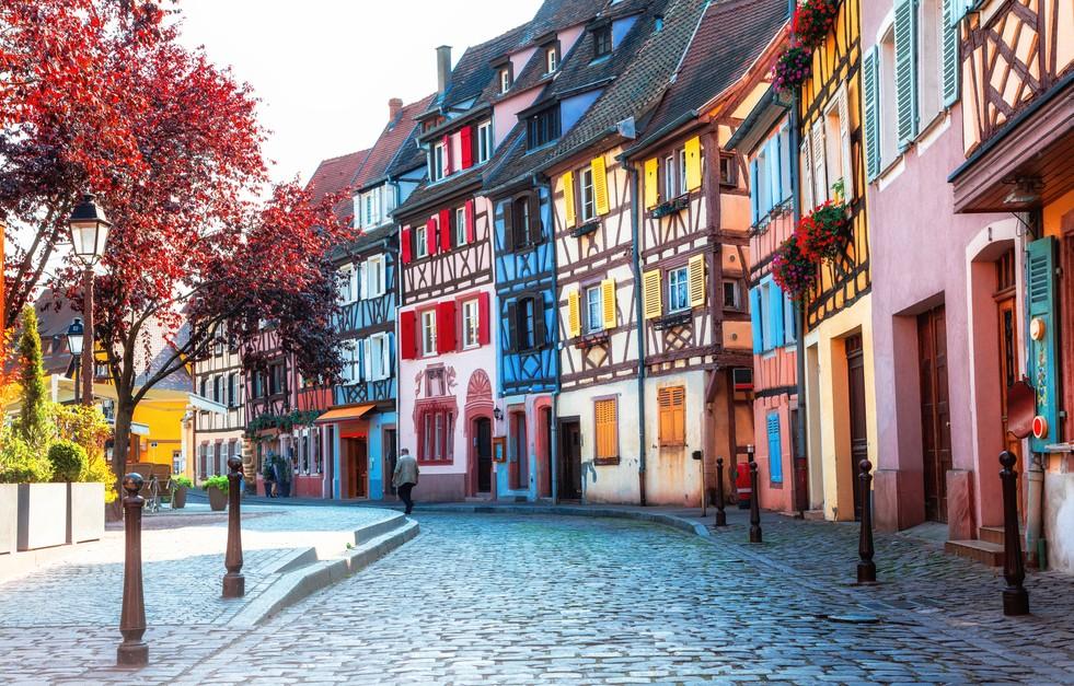 Colmar gilt als die schönste Stadt im Elsaß schlechthin. Dieser Blick auf die Häuserzeile aus Fachwerkhäusern zur Frühlingszeit belegt, dass diese Zuschreibung zu recht erfolgte. (#10)