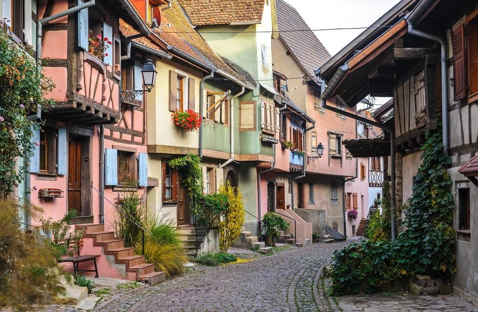 In den engen Seitenstraßen von Eguisheim finden sich die oft sehr farbenfroh gestrichenen Fachwerkhäuser. Am Fuße des Berges mit den drei Exen bietet der kleine 2.000-Seelen-Ort viele romantische Stellen. (#6)