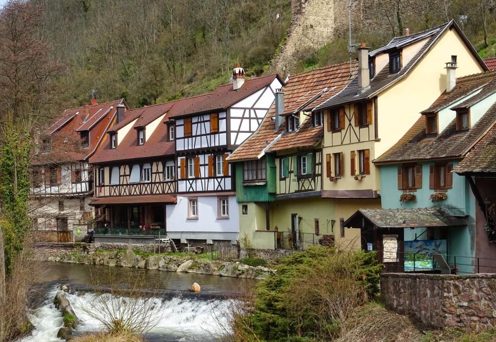 Diese Fachwerkhäuser stehen am Fluss Weiss in Kaysersberg. (#7)