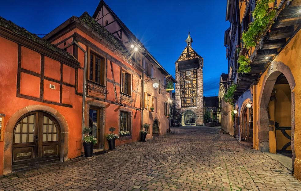 Der Dolder in Riquewihr/Elsaß. Zwischen all den Fachwerkhäusern ragt der Turm auf. In ihm findet man das Musée du Dolder mit Werkzeugen zur Weinherstellung und einer restaurierten, historischen Küche. (#3)