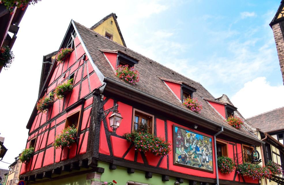 Ebenfalls in Riquewihr im Elsaß findet sich dieses alte rote Fachwerkhaus. (#2)
