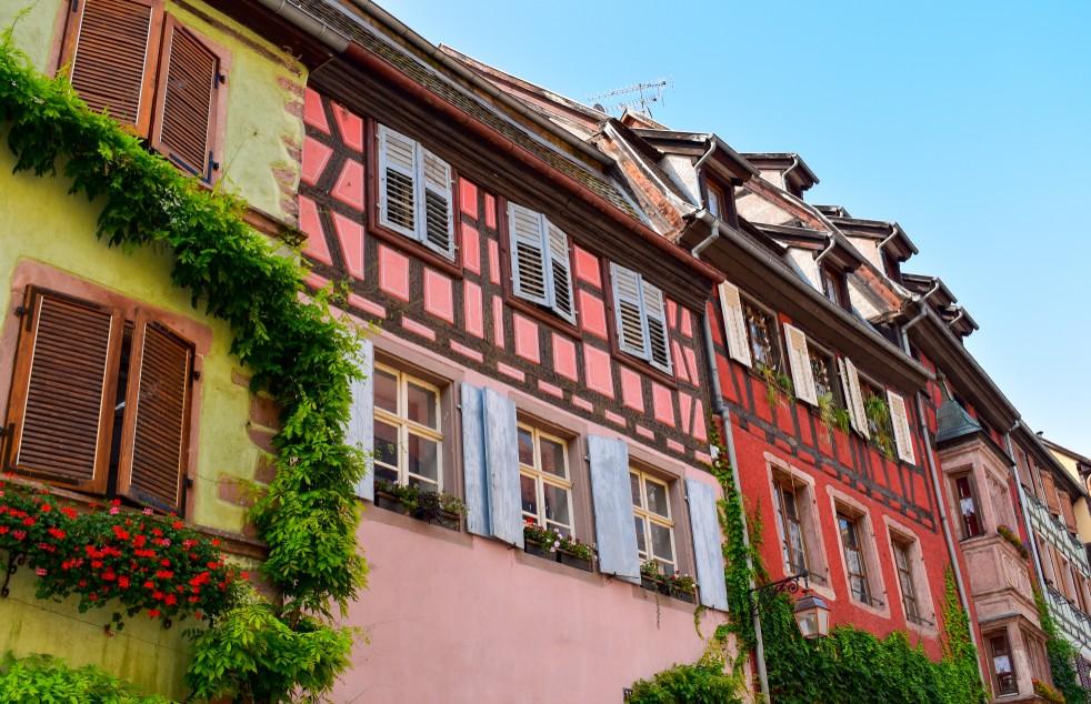 Diese farbenfrohen Fachwerkhäuser im Elsass finden sich in dem kleinen Örtchen Riquewihr. (#1)