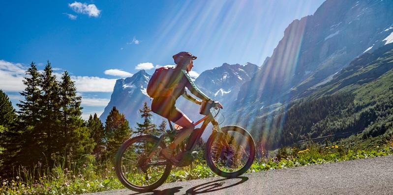 Je nach dem Anlass, für den das Elektrofahrrad in Aktion treten soll, ist für eine Frau auch ein E-Citybike oder ein E-Trekkingbike interessant.