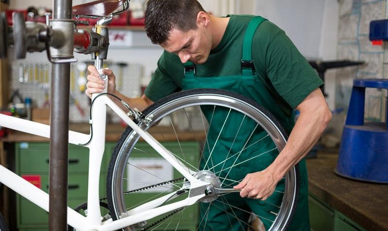 Lockere Verbindungen zeigen sich vor allem, wenn das Fahrrad kurz angehoben und fallen gelassen wird, lose Verbindungen klappern dann. ( Foto: Shutterstock- Ikonoklast Fotografie)