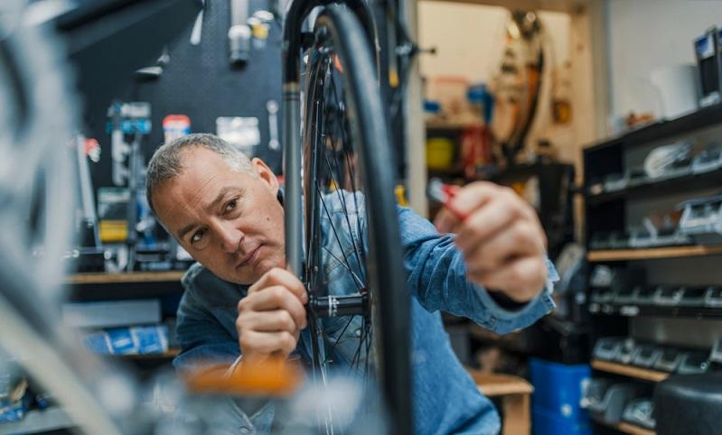 Dieser Punkt der Checkliste ist einfach und wer sein Fahrrad wieder fit machen möchte, darf ihn auf keinen Fall vergessen. ( Foto: Shutterstock- Dragana Gordic)