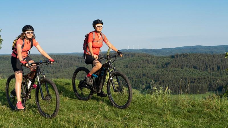 Touren mit dem E-Bike können Enkeltochter und Oma prima zusammen unternehmen. ( Foto: Shutterstock-Umomos)