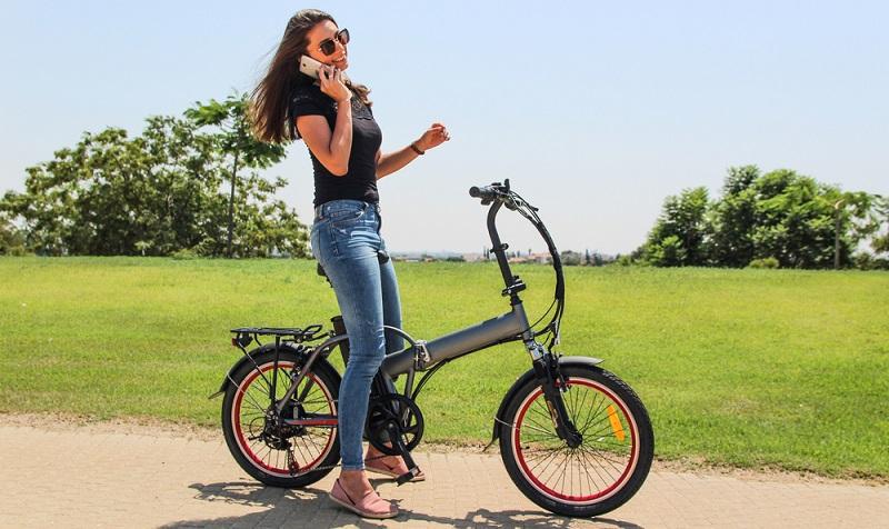 Wenn man mehr telefoniert als das Fahrrad bewegt, wird das mit dem Abnehmen nichts ( Foto: Shutterstock-Spic)