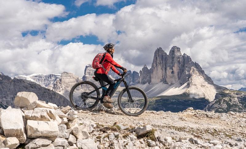 Mit dem E-Bike in die Berge fahren, da verbraucht man ganz sicher jede Menge Energie ( Foto: Shutterstock-_Umomos )